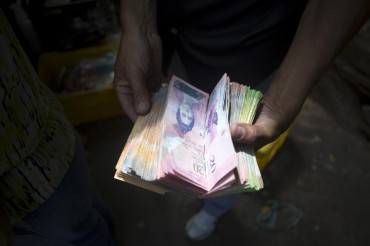 Why Venezuelans Are Carrying Backpacks of Cash on the Streets